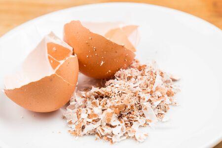 residuos organicos: Cáscaras de huevo trituradas en la placa