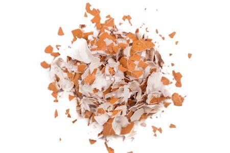 Pile de coquille d'oeuf écrasé sur fond blanc