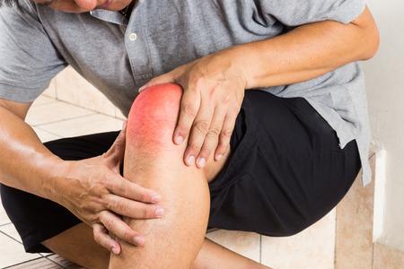 de rodillas: Hombre maduro que sufren de dolor de rodilla en reposo conjunta sobre las medidas