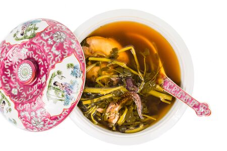 berros: Cazuela de sopa de berros chino aislado en blanco
