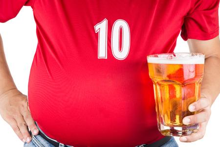 vasos de cerveza: Hombre obeso con el vientre grande con un vaso de cerveza fr�a refrescante
