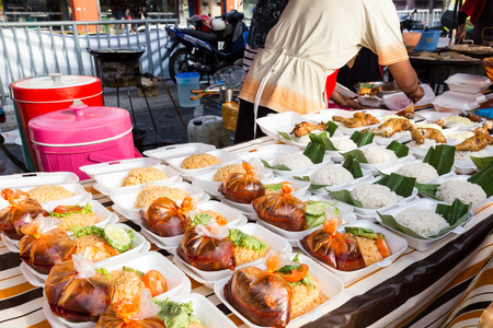 Vendor selling cuisine at street bazaar in Malaysia catered for iftar during Muslim fasting month of Ramadan Banque d'images