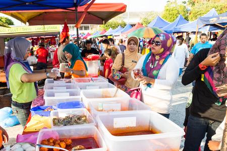 2015 년 6 월 25 일 쿠알라 룸푸르 (KUALA LUMPUR) : 라마단의 무슬림 금식 기간 동안 거리 바자에서 요리를 파는 가게, iftar를 먹거나 금식하는 업체