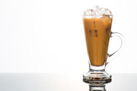 capuchinos: refrescante café helado en vaso alto Foto de archivo