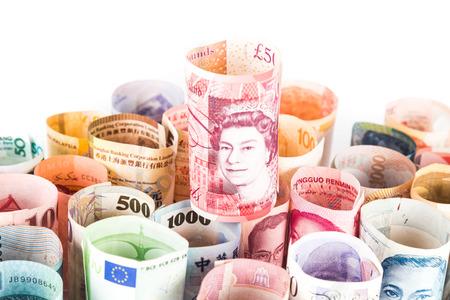 sterlina: Pile di moneta arrotolato note con Sterling Pound sulla parte superiore.