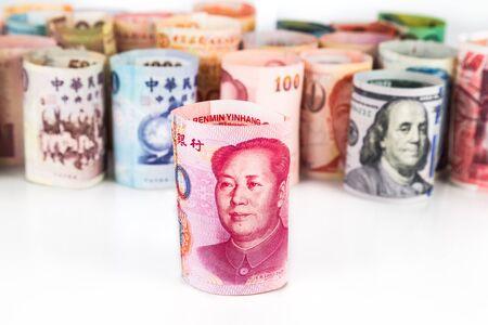 Pile de la monnaie enroulée note avec la Chine Yuan Renminbi dans la police.