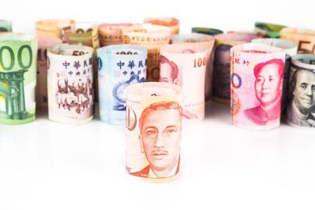 dollaro: Pile di moneta rolled-up prende atto con Dollaro di Singapore in font.