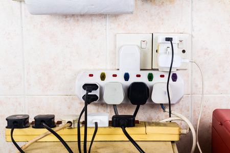 어댑터 위험 과부하 위험에 여러 전기 플러그.
