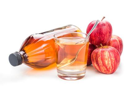 manzana: El vinagre de manzana en el vaso, vidrio y manzana fresca, bebida saludable.