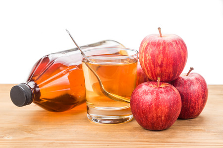 Appelcider azijn in pot, glas en verse appel, gezonde drank.