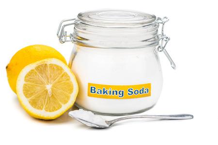 agua con gas: Cucharada de bicarbonato de soda y lim�n frutas para m�ltiples usos hol�sticos Foto de archivo