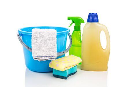 servicio domestico: herramienta de limpieza para el hogar conjunto de detergente, esponja, spray, toalla y cubo Foto de archivo