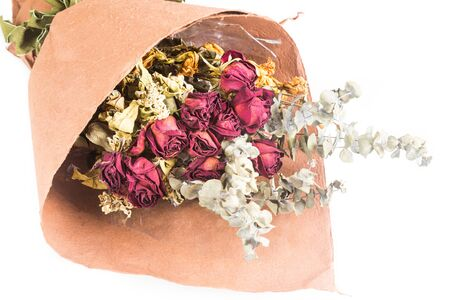 ramo de flores: Ramo de hermosas rosas rojas secos envueltos y flores