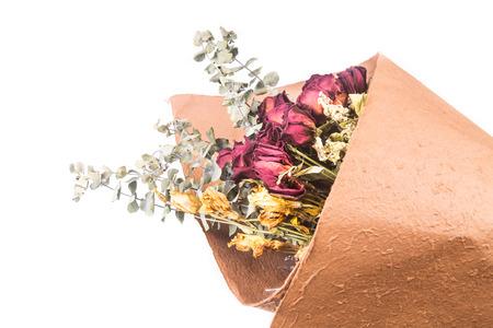 bouquet de fleurs: Bouquet de belles roses rouges enveloppées séchées et fleurs