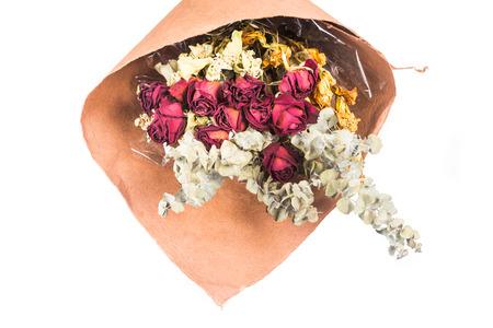 rosas rojas: Ramo de hermosas rosas rojas secos envueltos y flores