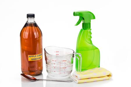productos limpieza: El vinagre de manzana, la soluci�n natural eficaz para la limpieza de la casa, el cuidado personal y mascotas Foto de archivo