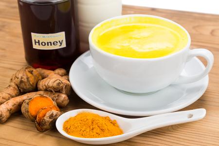 Kurkuma wortels met melk en honing drankjes voor schoonheid en gezondheid Stockfoto
