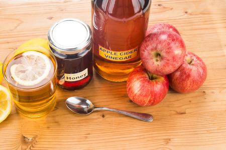 El vinagre de manzana con miel y limón, remedios naturales y curas para el estado de salud común Foto de archivo - 45170000