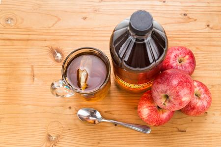 manzanas: El vinagre de manzana con té elaborado, remedios naturales y curas para el estado de salud común Foto de archivo