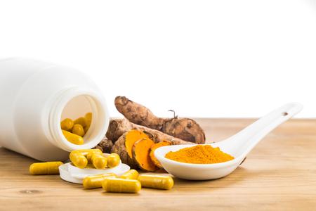 Zelfgemaakte kurkuma capsule uit vers geaarde kurkuma wortels