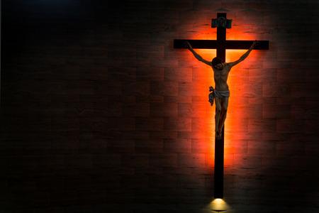 kruzifix: Katholische Christian Kruzifix in der Silhouette gespült rechts