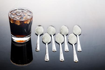 Concept van koolzuurhoudende cola met ongezonde suikergehalte. Stockfoto