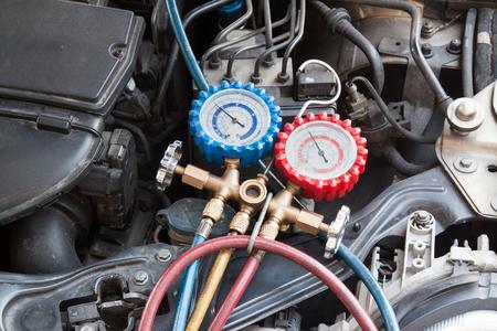 Manometer wordt gebruikt om airco druk in auto voertuig te meten.
