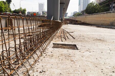 materiales de construccion: Barras de refuerzo de acero y divisor de concreto están construyendo en el sitio de construcción del paso subterráneo de la autopista
