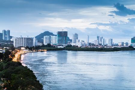 Toneel mening van Gurney Drive, Penang populaire toeristische bestemming tijdens de schemering uur Stockfoto