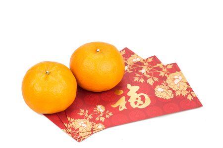 naranja: mandarinas y paquetes de color rojo con buen mensaje suerte en caracteres chinos en el fondo blanco