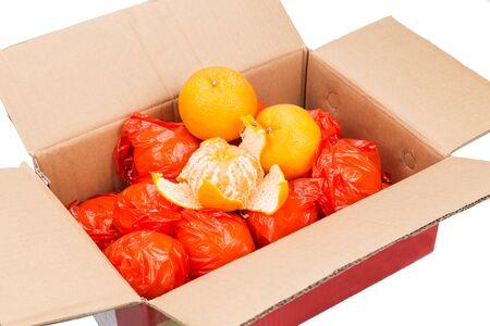Stapel mandarijn sinaasappels in kartonnen doos en beveiligd met plastic wrapper voor bescherming. Populaire producten tijdens het Chinese Nieuwjaar feestseizoen. Stockfoto