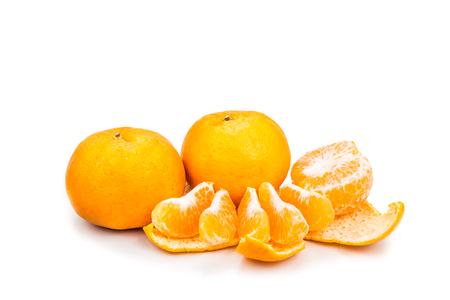 naranja: Naranjas dulces y jugosas orgánicos peladas mandarina en el fondo blanco
