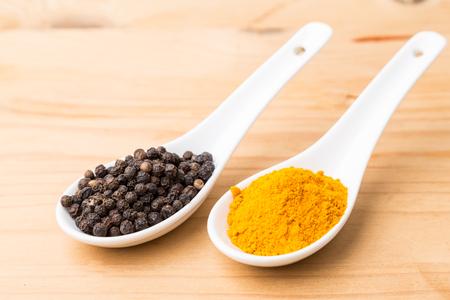 Kurkuma wortels en zwarte peper combinatie verhoogt de biologische beschikbaarheid van curcumine absorptie in het lichaam