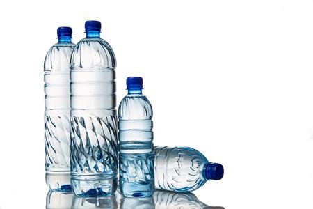 botellas de plastico: Cuatro agua mineral natural refrescante en botella de plástico en el fondo blanco