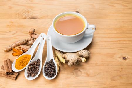 Aromatische kurkuma thee met zwarte peper, kaneel, kruidnagel en gember biedt veel voordelen voor de gezondheid wellness Stockfoto