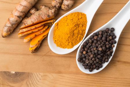 Kurkuma wortels en zwarte peper combinatie verhoogt de biologische beschikbaarheid van curcumine absorptie in het lichaam voor de voordelen voor de gezondheid