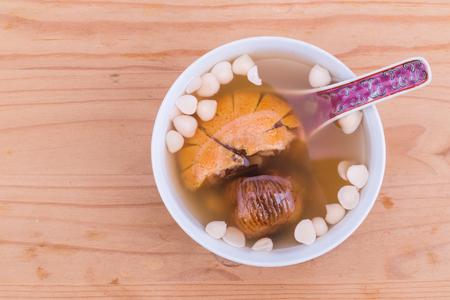 Chinees voedende tonische soep om hoest te verlichten met Nan Xing, Bei Xing, Gan Ju Bin, Loquat-bladeren en Chin Pui als hoofdingrediënten Stockfoto