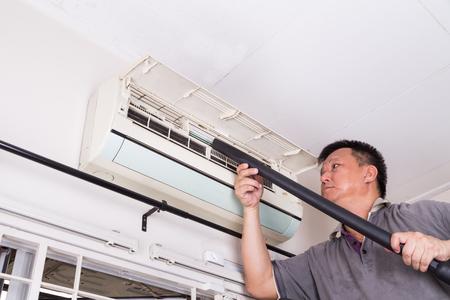 Serie van technicus onderhoud van de indoor air-conditioning unit. Stofzuigen stof en deposito's
