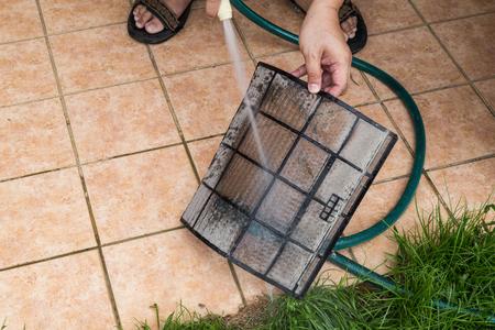 Technicus reinigen stof gevuld airconditioning unit filters met met water Stockfoto