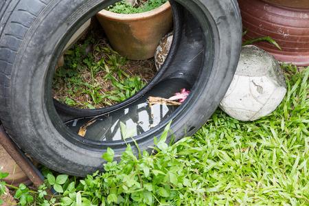 Gebruikte banden mogelijk stilstaand water op te slaan en uitgegroeid tot muggen broedplaats Stockfoto