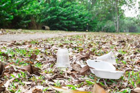 envases plasticos: Ambiental basura PVC biodegradable no hostil en el parque público presente tema ecología