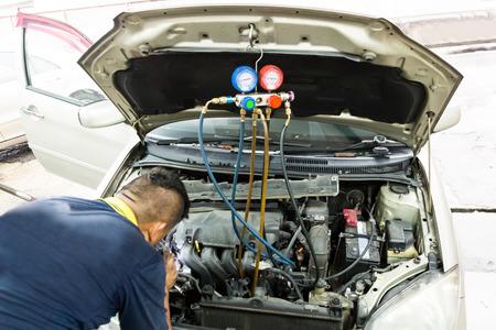 Manometer wordt gebruikt om airconditioning manometer in auto voertuig bij garage