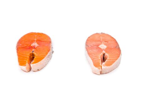 frescura: La comparación entre los bloques de salmón silvestre y de cría, donde el salmón silvestre tiene grasas menor y mayor intensidad del color.