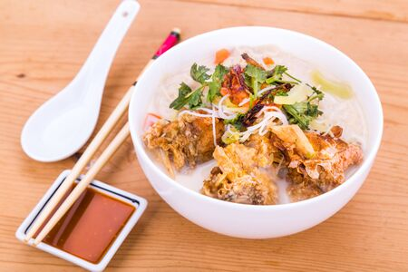 fish head: Rice vermicelli with fried fish head noodle soup, a popular delicacy in Malaysia Stock Photo