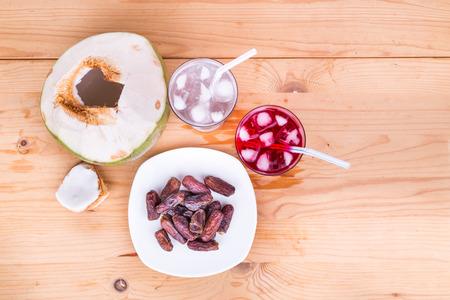 Kokosnotensap, siroop en zoete dadels zijn eenvoudige en gebruikelijke iftar breek snel voedsel tijdens de vastenmaand Ramadan Stockfoto