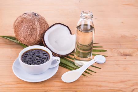 aceite de coco: de café de balas con prensado en frío de aceite de coco virgen extra en la mesa de madera, parte de la dieta cetogénica