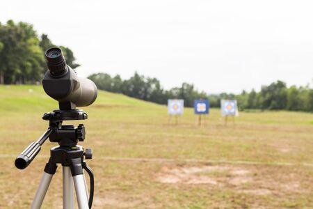 Longue-vue sur un trépied à l'extérieur fourchette cible de tir à l'arc avec trois planches