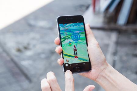 Kuala Lumpur, Maleisië, 16 juli 2016: een iOS-gebruiker speelt Pokemon Go, een free-to-play augmented reality mobiele game ontwikkeld door Niantic voor iOS en Android-apparaten.