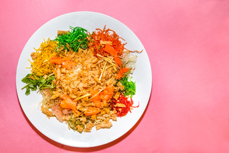 Yee Sang or Yusheng with raw salmon fillet, traditional Chinese New Year prosperity delicacies in Malaysia and Singapore Archivio Fotografico
