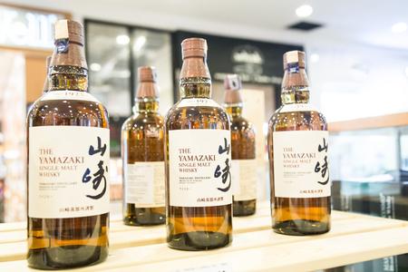 KUALA LUMPUR, MALAYSIA -  January 29, 2017: The Yamazaki Whisky is a Japanese award winning whisky owned by Suntory. 版權商用圖片 - 70710522